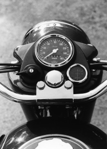 Simplicity, headlight switch, speedo and ammeter mounted in the headlight shroud.